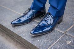 蓝色男性皮革从新郎的被上漆的鞋子 免版税图库摄影