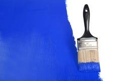 蓝色画笔油漆绘画墙壁 免版税库存图片