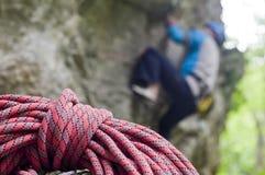 蓝色登山人红色绳索 库存图片