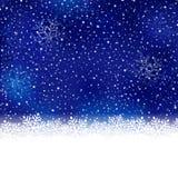 蓝色白色冬天,与雪剥落边界的圣诞节背景 免版税库存照片