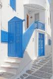 蓝色白色房子入口,米科诺斯海岛 库存照片
