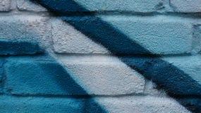 蓝色白色有街道画绘画的被绘的墙壁 免版税库存图片