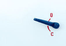 蓝色白色表面上的金属安全工业把柄 免版税图库摄影