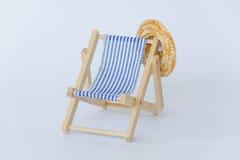 蓝色白色镶边夏天轻便折叠躺椅 免版税库存图片