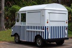 蓝色白色镶边food van truck在事务以后关闭停放了 库存照片