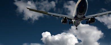 蓝色的喷气式飞机着陆乘客天空 免版税库存照片