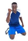 蓝色的足球运动员庆祝胜利的 免版税库存照片