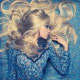 蓝色的金发碧眼的女人 免版税库存图片