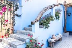 蓝色的露台与红色和桃红色花 免版税库存图片