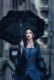 蓝色的维多利亚女王时代的夫人 库存图片