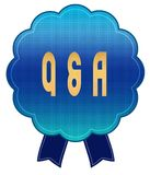 蓝色的Q问题和解答丝带证章 免版税图库摄影