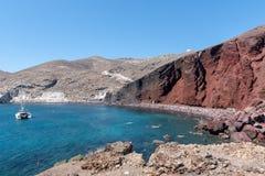 蓝色盐水湖和圣托里尼海岛,希腊红色岩石  图库摄影