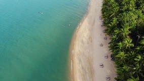 蓝色盐水湖和沙滩与棕榈 蓝色盐水湖和太阳床鸟瞰图在沙滩的与可可椰子和 影视素材
