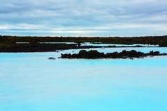 蓝色盐水湖地热浴手段在冰岛 在雷克雅未克,冰岛附近的著名蓝色盐水湖 图库摄影