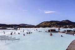 蓝色盐水湖地热温泉是其中一种被参观的吸引力在冰岛11 06,2017 免版税库存照片