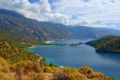 蓝色盐水湖惊人的鸟瞰图在Oludeniz,土耳其 与山的夏天风景,绿色森林,天蓝色的水的沙滩 免版税库存图片