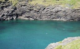 蓝色盐水湖水在康沃尔郡,英国 免版税图库摄影