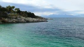 蓝色盐水湖海滩海岸, Kassiopi村庄,科孚岛海岛,希腊 Bataria海滩用清楚的绿松石水 股票视频