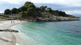 蓝色盐水湖海滩海岸, Kassiopi村庄,科孚岛海岛,希腊 Bataria海滩用清楚的绿松石水 影视素材