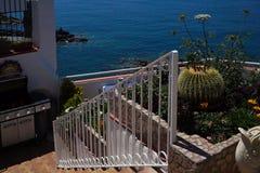 蓝色盐水湖的美丽的景色从地中海餐馆的 库存图片