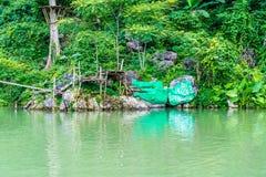 蓝色盐水湖老挝vang vieng 免版税库存照片