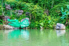 蓝色盐水湖老挝vang vieng 免版税库存图片