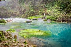 蓝色盐水湖-里约塞莱斯特河-阿雷纳尔天在哥斯达黎加附近的旅行视图 图库摄影