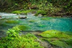 蓝色盐水湖-里约塞莱斯特河-阿雷纳尔天在哥斯达黎加附近的旅行视图 库存照片