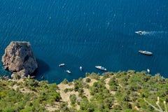 蓝色盐水湖和帆船 库存图片