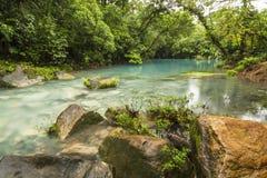 蓝色盐水湖和橙色岩石 图库摄影