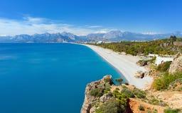 蓝色盐水湖和Konyaalti在安塔利亚,土耳其靠岸 库存图片