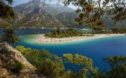 蓝色盐水湖在Oludeniz,土耳其 免版税库存图片
