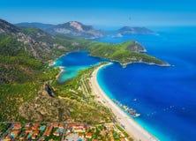 蓝色盐水湖惊人的鸟瞰图在Oludeniz,土耳其 免版税库存照片