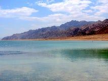 蓝色盐水湖海滩和山  免版税库存照片