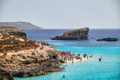 蓝色盐水湖,科米诺岛,马耳他- 2016年4月13日 人们享用有透明的大海的蓝色盐水湖 库存图片