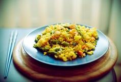 蓝色盘肉菜饭海鲜西班牙语 库存图片