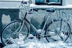 蓝色看看在一辆停放的自行车的冰冰柱 库存图片
