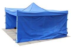蓝色短的帆布没有名字帐篷在老城市gr被安装 免版税库存照片