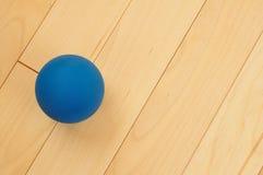 蓝色短网拍墙球橡胶 库存图片