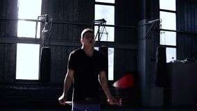 蓝色短裤跳绳的Engagedin把装箱的人在一间把装箱的健身房 心脏锻炼和拳击 概念的健康 影视素材