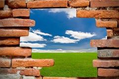 蓝色砖前面天空墙壁 免版税库存照片