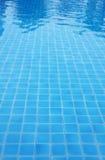 蓝色砖地水池。 图库摄影