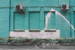 蓝色砖墙白色斑点 库存图片