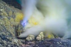 蓝色硫磺火焰和硫磺发烟从Kawah伊真火山火山火山口在印度尼西亚 免版税库存图片
