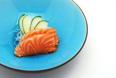 蓝色碗三文鱼寿司 库存照片