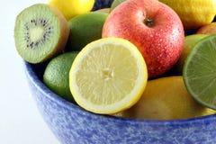 蓝色碗新鲜水果 图库摄影