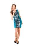 蓝色礼服摆在的年轻亭亭玉立的俏丽的妇女 免版税库存照片