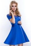 蓝色礼服的可爱的年轻白肤金发的女孩 免版税库存照片