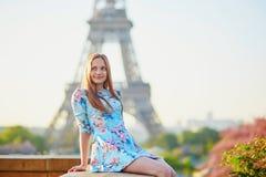 蓝色礼服的在埃佛尔铁塔附近,巴黎女孩 库存图片