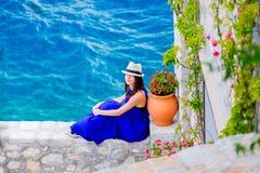 蓝色礼服的女孩在九头蛇海岛城市 免版税库存图片